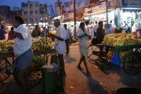 Am Abend bieten Händler in Madurai ihre Waren an.