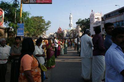 Tausende Gläubige umrunden den Tempel und den gesamten Tempeldistrikt.