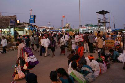 Händler und Menschenmassen gehören zum Straßenbild.