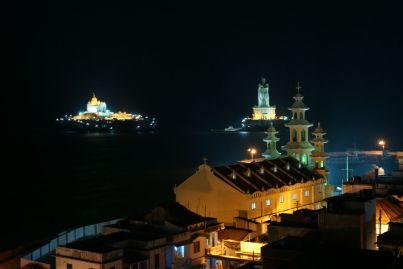 Die beiden Inseln bei Nacht.