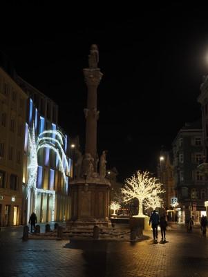 In der Nacht wirkt das Ganze dann viel mehr - hier ist außerdem die Anna-Säule und das Kaufhaus Tyrol zu sehen.