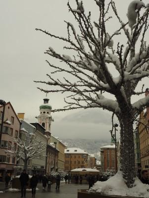 """Einer der """"künstlichen Bäume"""" bei Tag."""