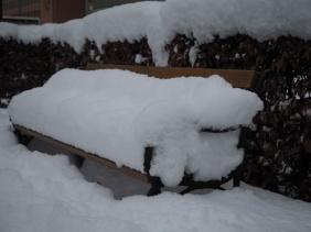 Tiefverschneite Parkbänke.