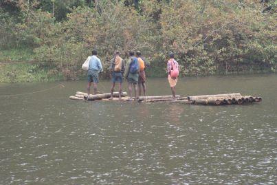 Auf diesen Floßen überquert man Flüsse und Seen.
