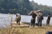 Unsere Guides, ehemalige Wilderer, nahmen beim Marsch ins Lager auch das Feuerholz mit.