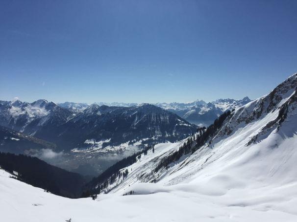 Am Kamm, kurz unterhalb des Gipfels blickt man ins Walsertal (mit Raggal) und auf viele der schönsten Berge Vorarlbergs.