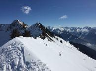 Auch die Löffelspitze (ganz hinten) kann mit Skiern bestiegen werden: hier handelt es sich aber um eine schwierigere, von Spitzkehren geprägte, Tour.