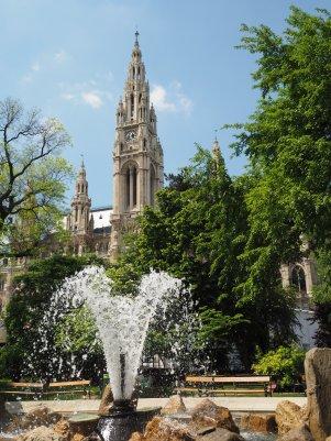 Das Rathaus wird von den umgebenden Parkanlagen perfekt in Szene gesetzt.
