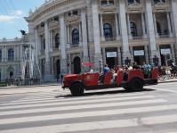 Schöner Touristenbus vor dem Burgtheater.