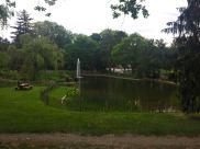 Gepflegte Brunnen und Wiesen prägen den Park.