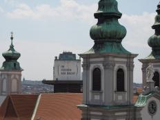 Auch im Haus des Meeres, das in einem ehemaligen Flak-Turm untergebracht ist, gäbe es ein Dachrestaurant. Im Vordergrund die Stiftskirche.