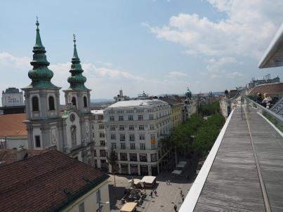 Die Mariahilfer-Kirche und die Mariahilfer Straße.