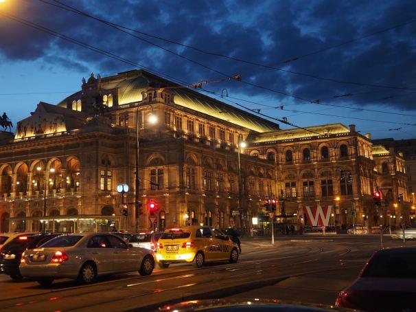 Wer weiter Richtung Stadt spaziert, kommt dann kurz nach dem Karlsplatz an der Oper vorbei.