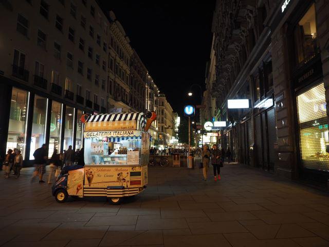 Die Kärtner-Straße ist auch Sonntag Nachts nicht leer - und es darf auch mal ein Eis sein.