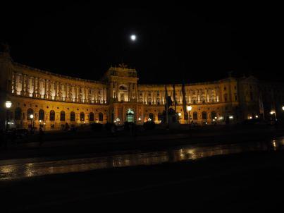 Der Heldenplatz bei Nacht.