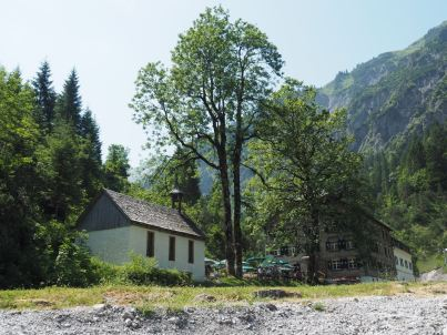 Kurz nach dem Kraftwerk ist das Gasthaus, mit Kapelle und Gastgarten, erreicht.