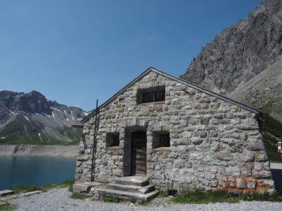 Wir empfehlen von der Bergstation die Runde so zu starten, dass man die Staumauer nicht überquert. Dann kommt man gleich zu diesen alten Steinhäusern.