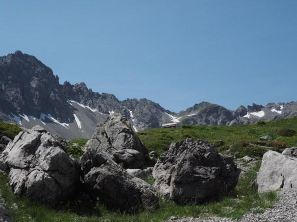 Im Juli ist noch viel Schnee in den Bergen - deshalb empfiehlt sich die Besteigung der Schemaplana eher auf den August zu verschieben.