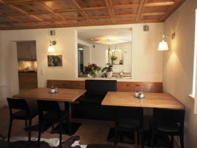 Im hellen Frühstücksraum ist noch die alte Decke der Pension Lün sichtbar und fügt sich in die moderne Architektur ein.