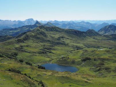 Der Blick vom Grat unterhalb der Sünser-Spitze zum Sünser-See.