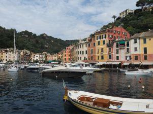 Die berühmten pastellfarbenen Häuser am Hafen von Portofino.