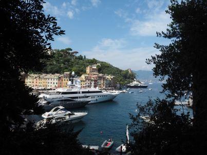 Luxusyacht im Hafen von Portofino.