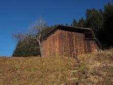 Viele alte Holz-Schober sind am Weg zu finden.