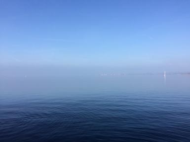 Der See beeindruckte mit besonders eindrucksvollen Blau-Tönen, dafür war Lindau kaum zu sehen.