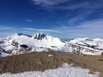 Der Gipfel des Rendezvous Mountains ist ziemlich windig - deshalb ist es hier eher abgeblasen, trotz mehrerer Meter Schneeauflage.