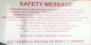 Warnschild vor der Auffahrt zum Rendezvous Mountain. Hier muss man Skifahren können.